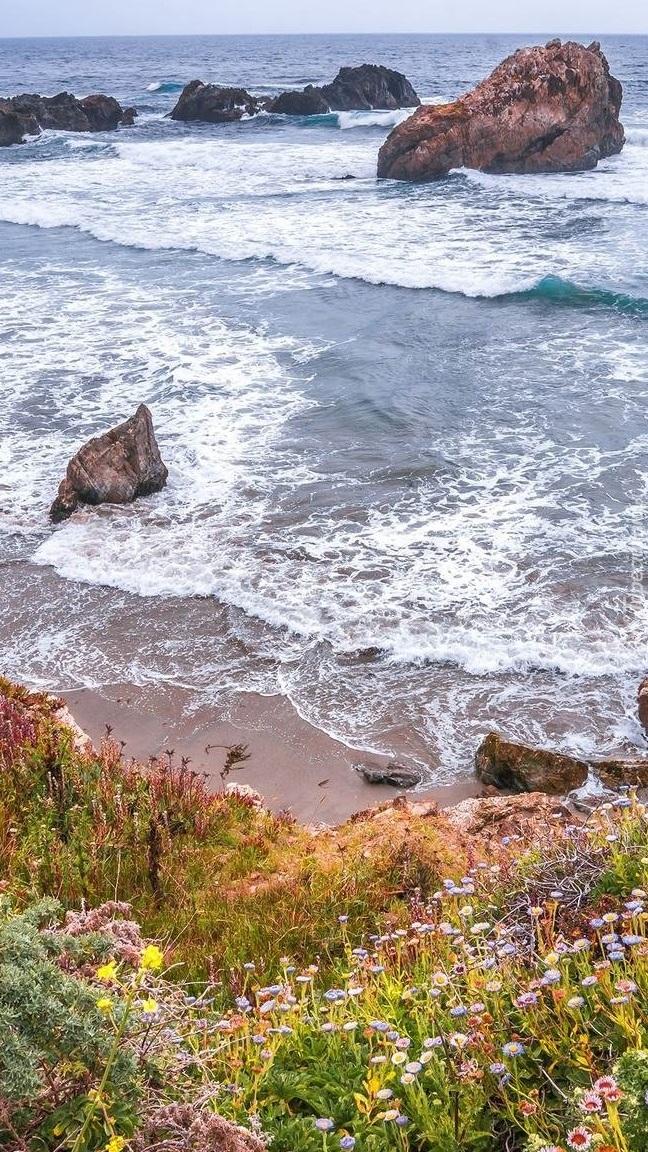 Skały wśród morskich fal
