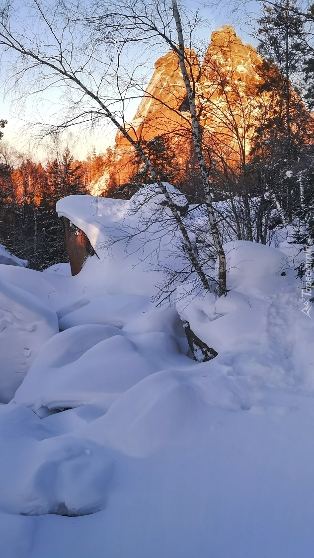 Skały zasypane śniegiem