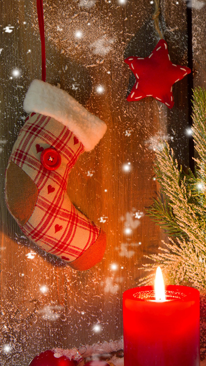 Skarpeta na prezenty i zapalona świeca