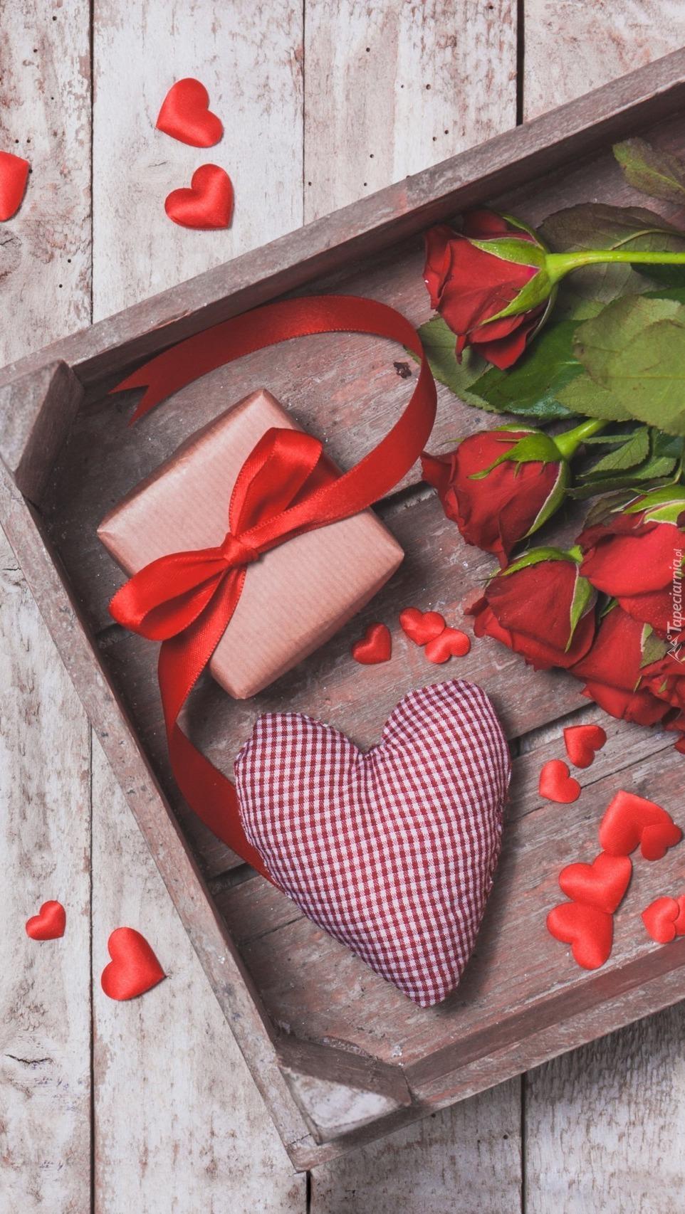 Skrzynka z różami prezentem i serduszkami