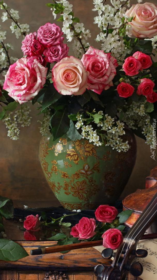 Skrzypce obok róż w wazonie