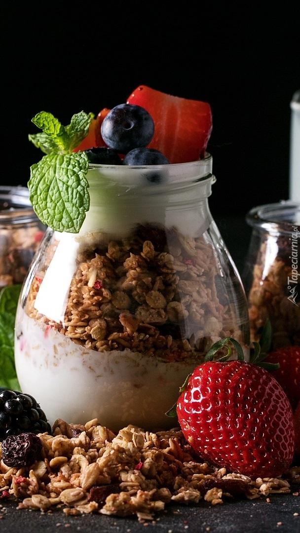 Słoiczek z jogurtem i płatkami śniadaniowymi
