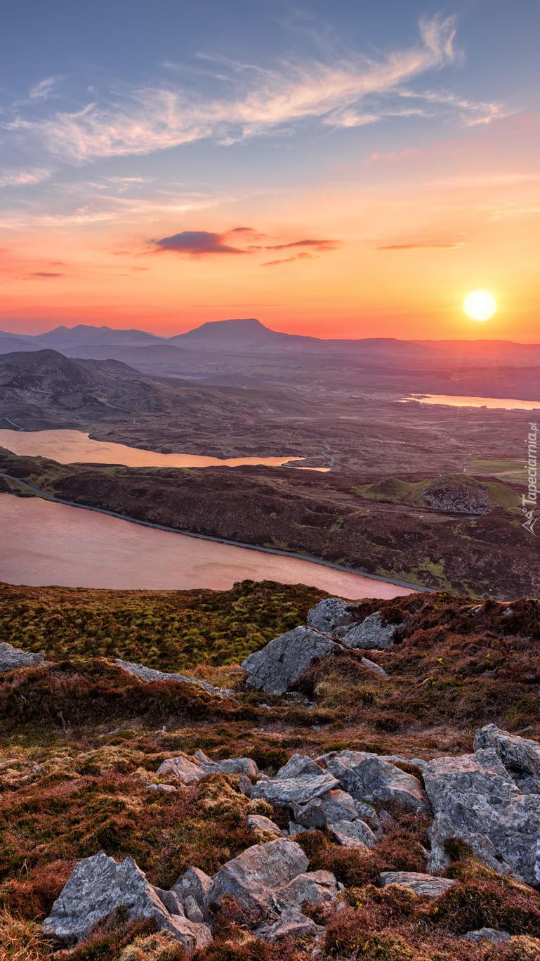 Słońce nad górami i jeziorami