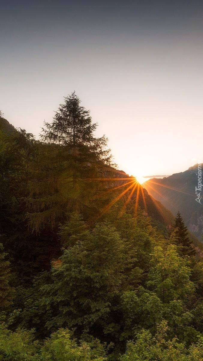Słońce nad górami o poranku