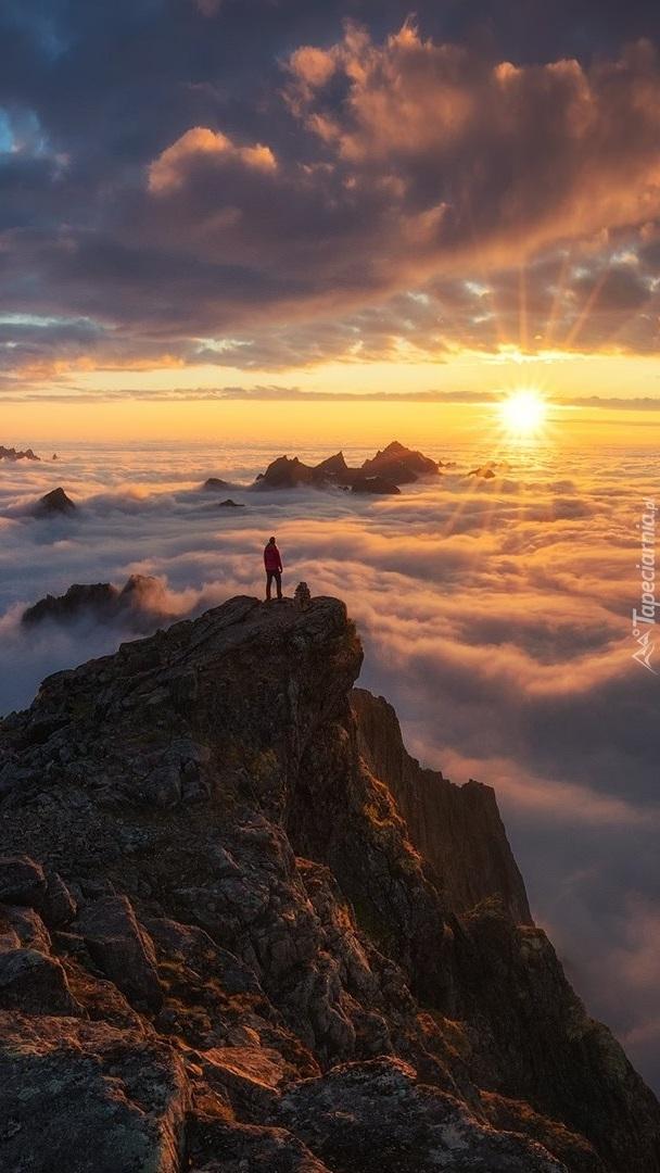 Słońce nad zamglonymi górami