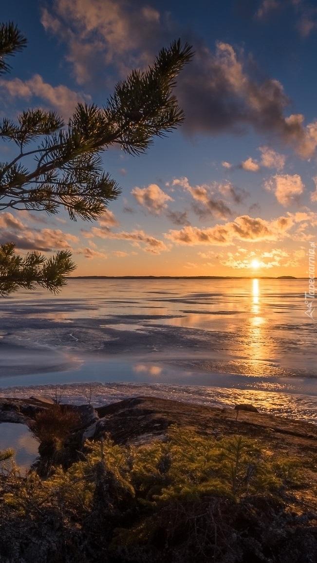 Słońce nurkujące w jeziorze Näsijärvi