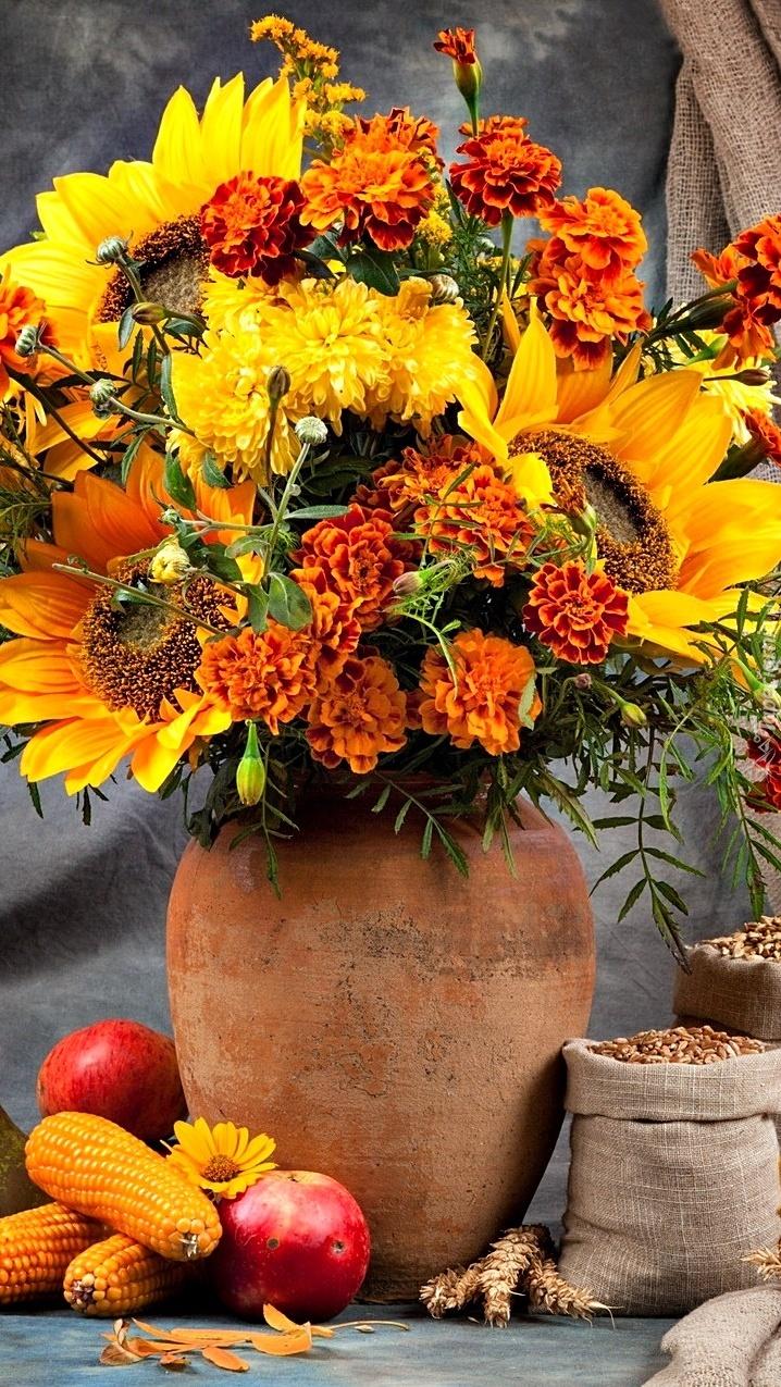 Słoneczniki i aksamitki w wazonie