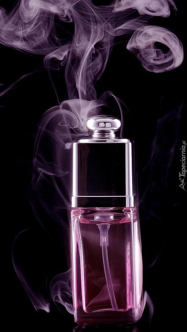 Smugi dymu nad buteleczką perfum
