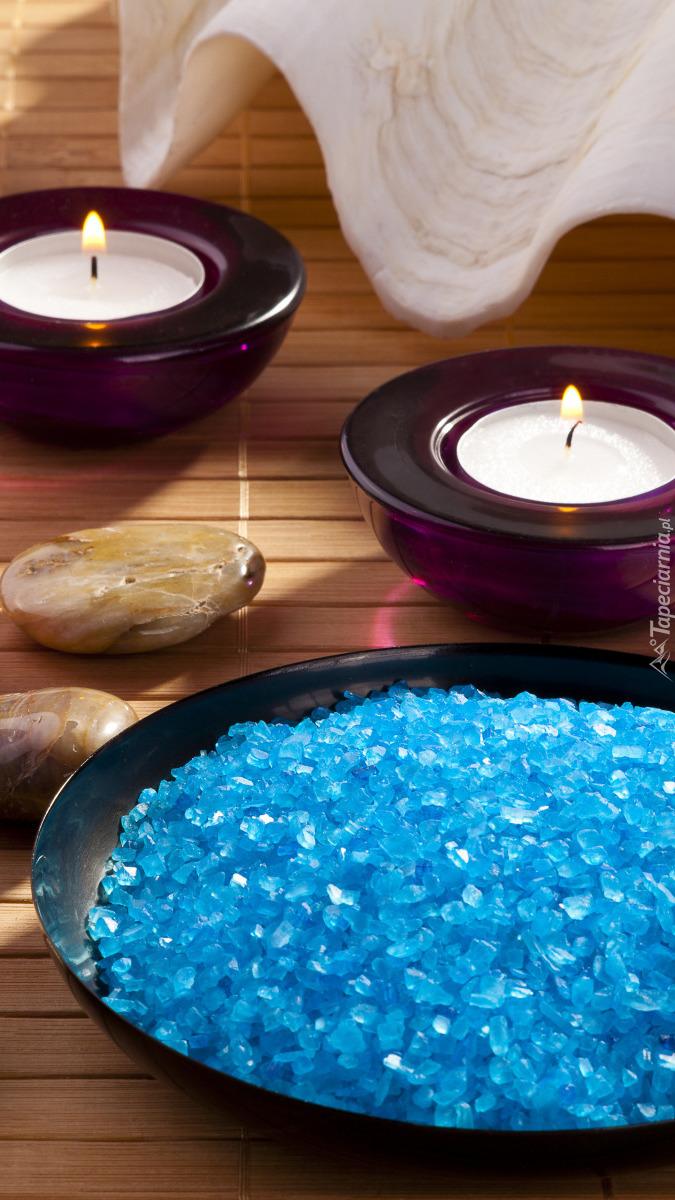 Sól do kąpieli i zapalone świece