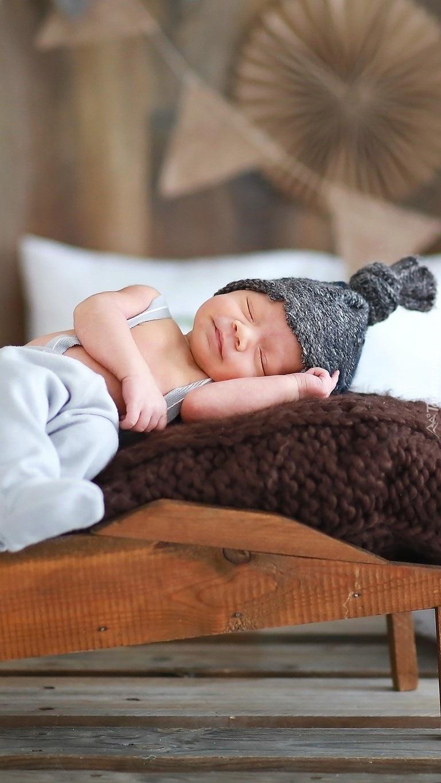 Śpiące na taczce niemowlę
