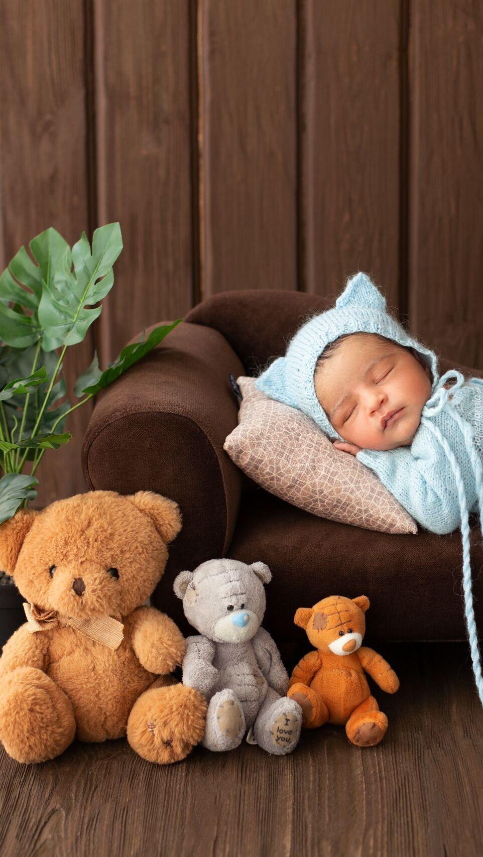Śpiące niemowlę na sofie