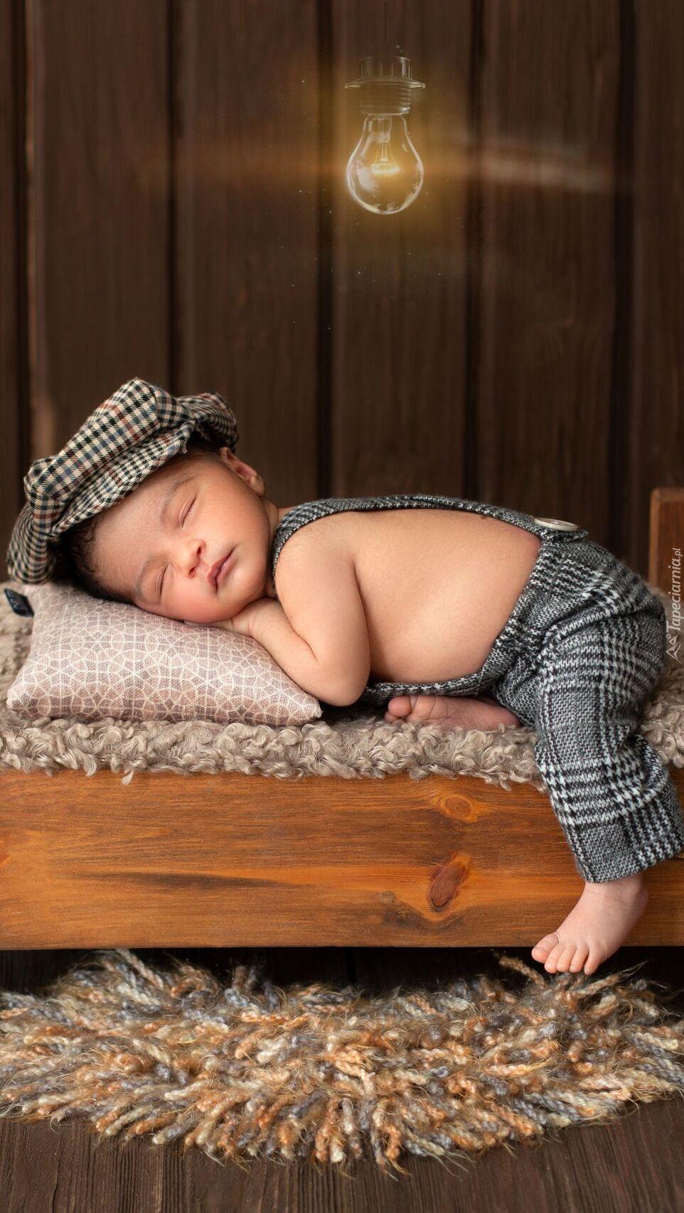 Śpiące niemowlę w łóżeczku