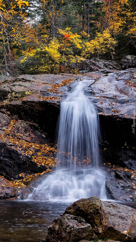 Spływająca woda po skałach