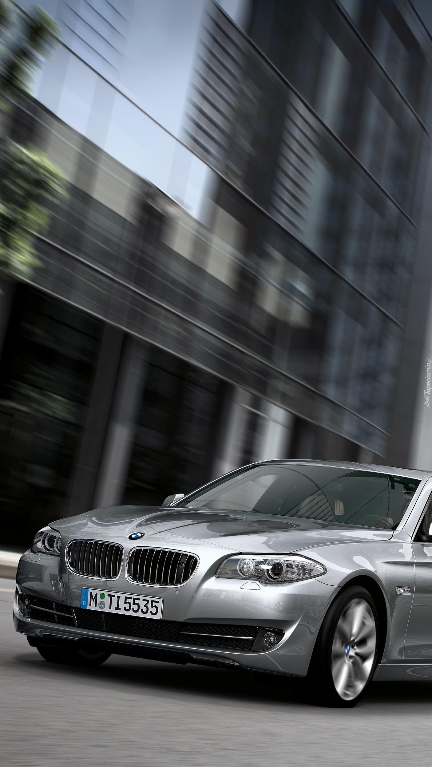 Srebne BMW w mieście