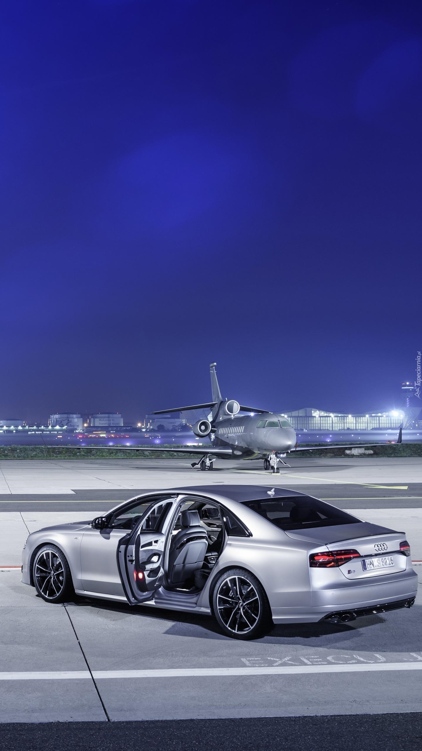 Srebrne Audi S8 na lotnisku