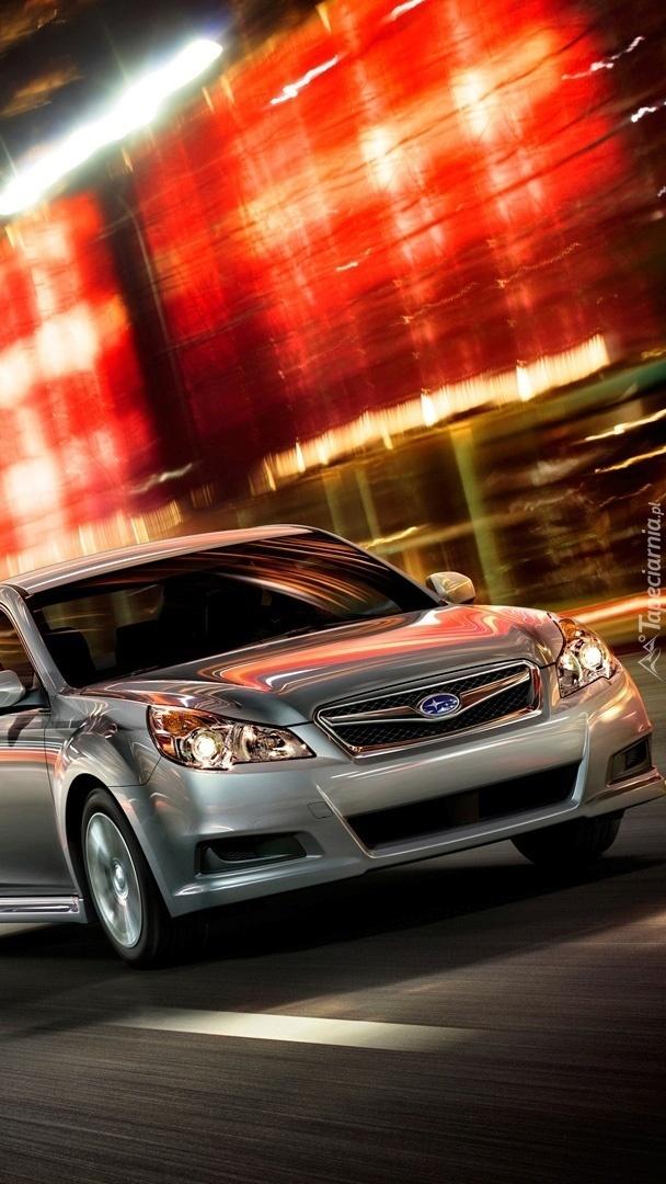 Srebrne Subaru w mieście
