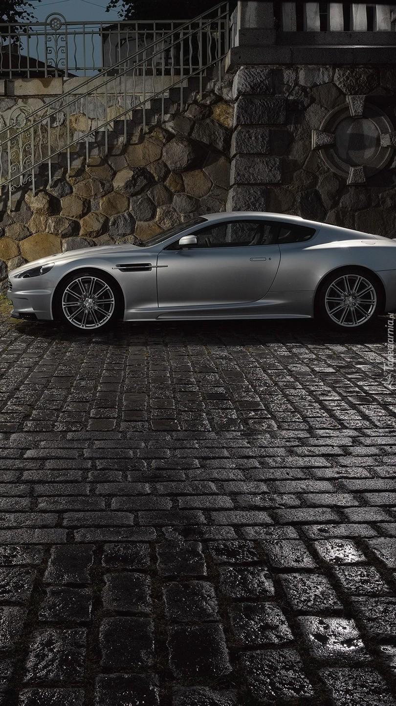 Srebrny Aston Martin DBS na bruku