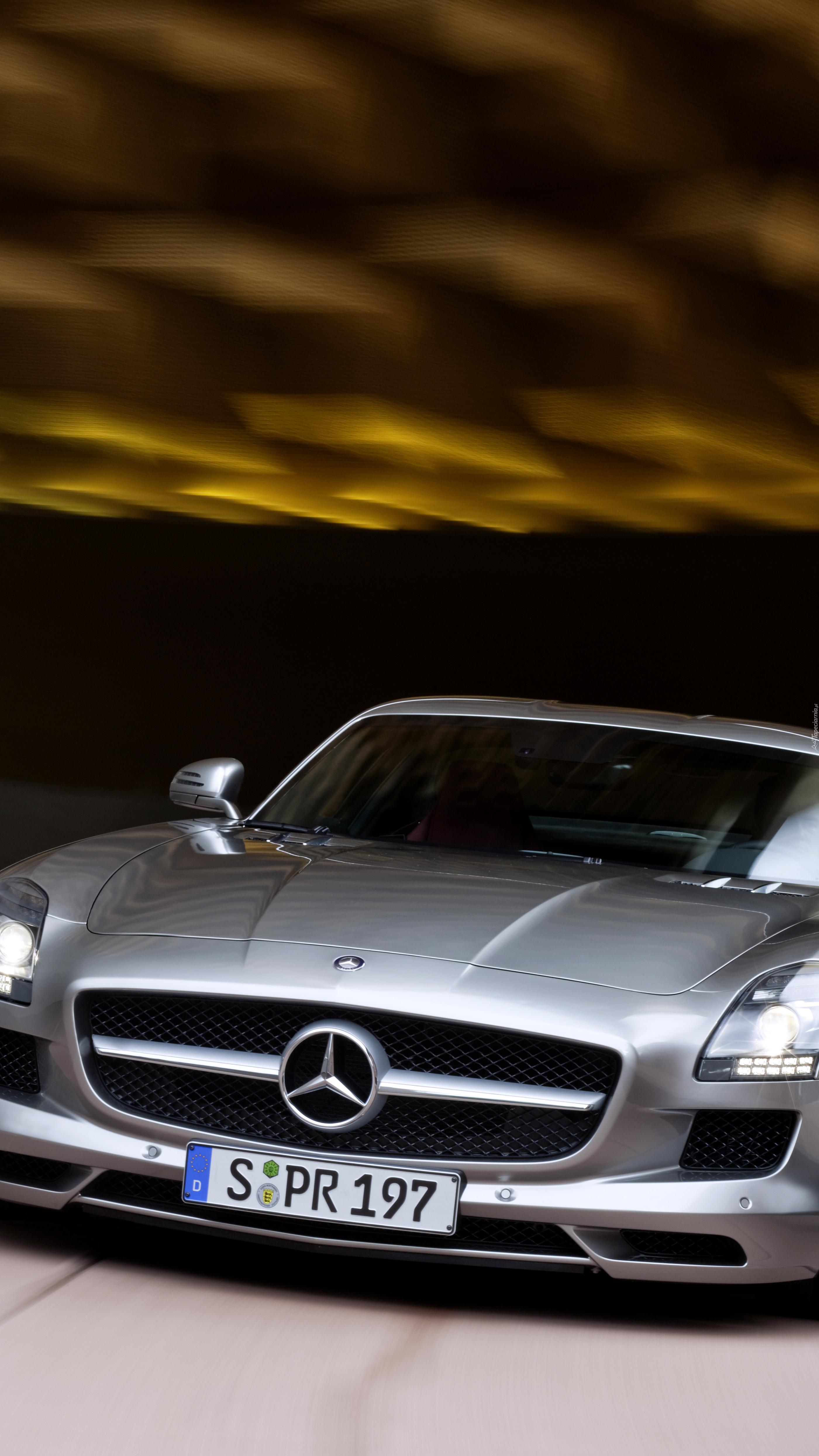 Srebrny Mercedes Benz SLS AMG