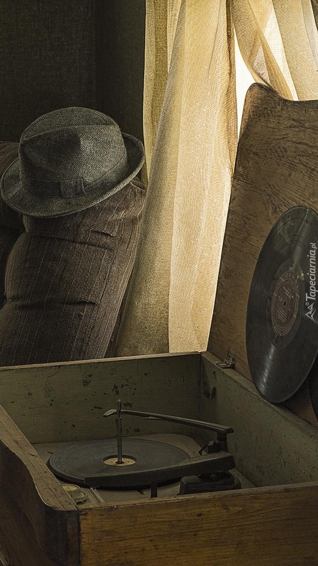 Stary gramofon w pokoju