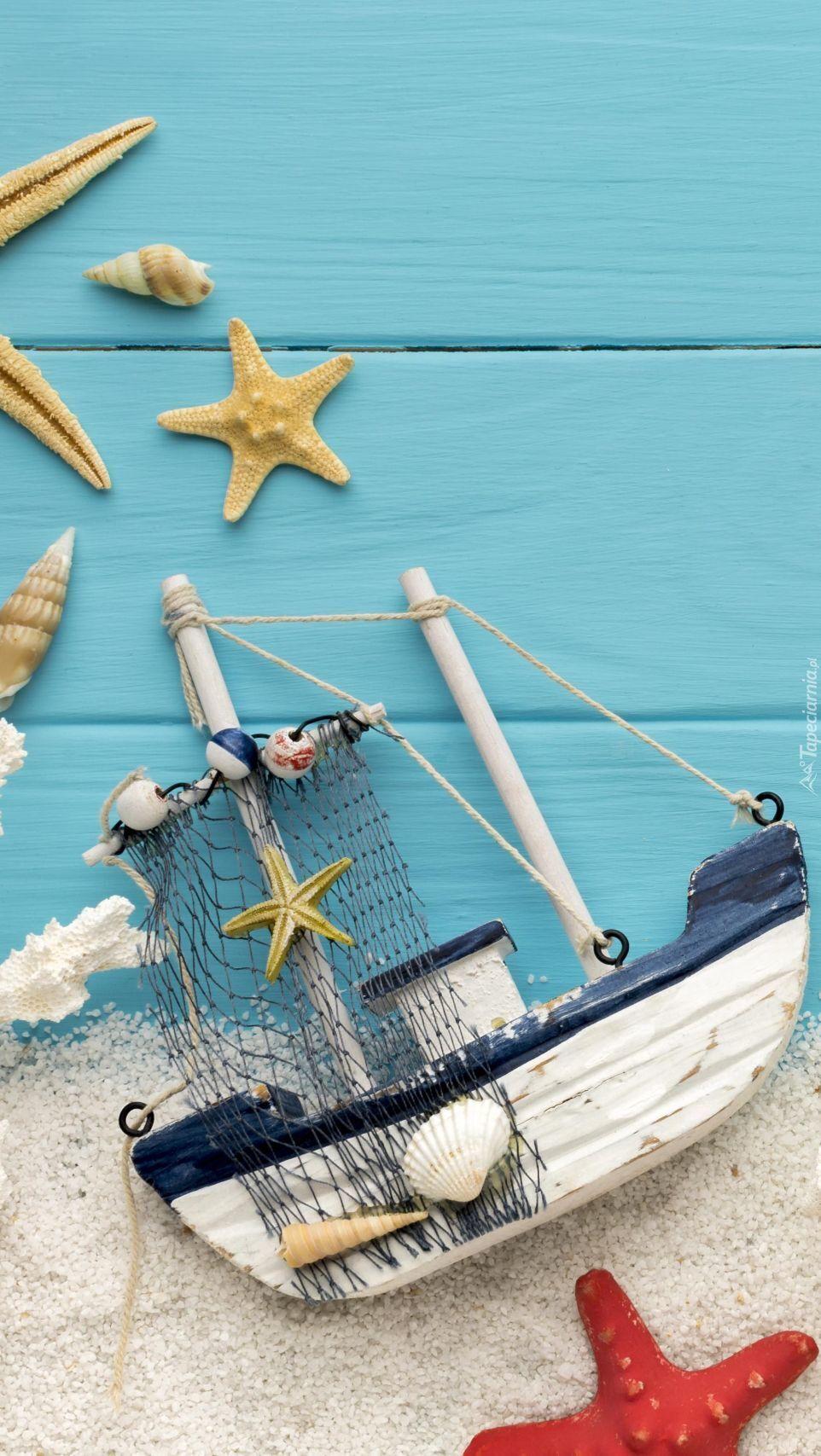 Statek obok rozgwiazdy na piasku