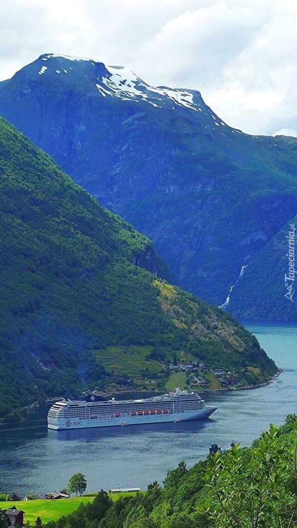 Statek pasażerski na fiordzie Geirangerfjorden