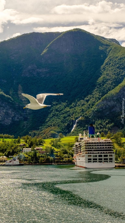 Statek pasażerski przy brzegu w Aurland