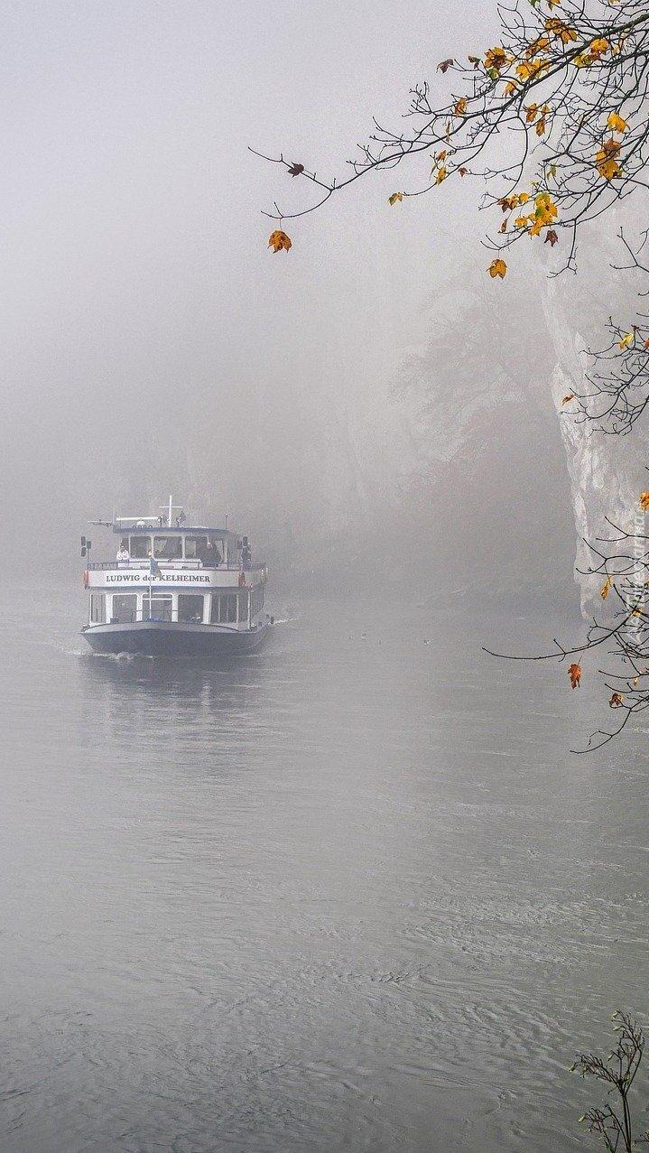 Statek wycieczkowy na zamglonym jeziorze