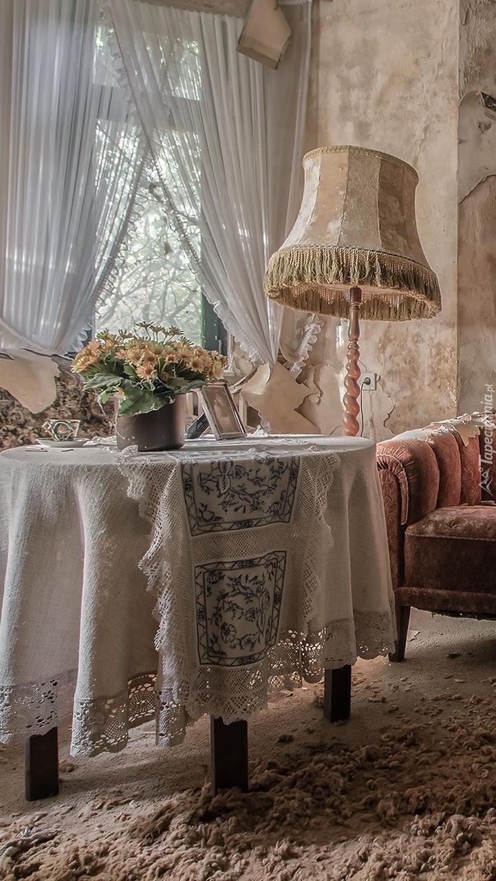 Stół i lampa w zaniedbanym pokoju