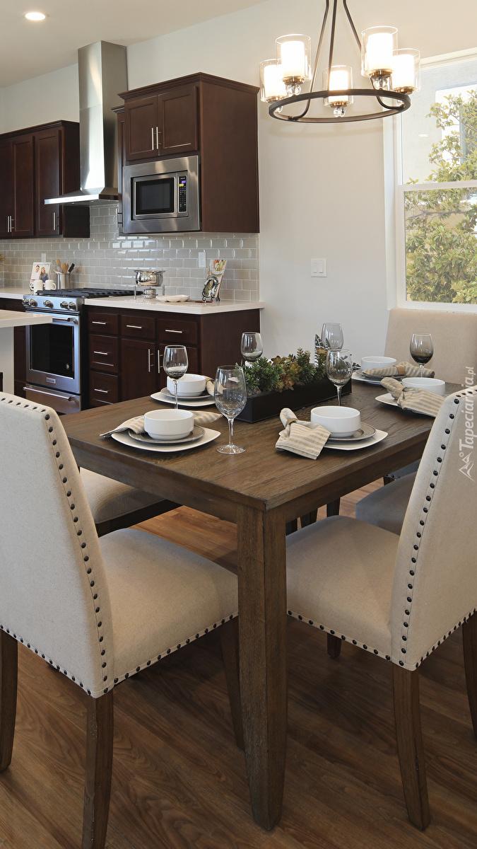 Stół z krzesłami w jadalni