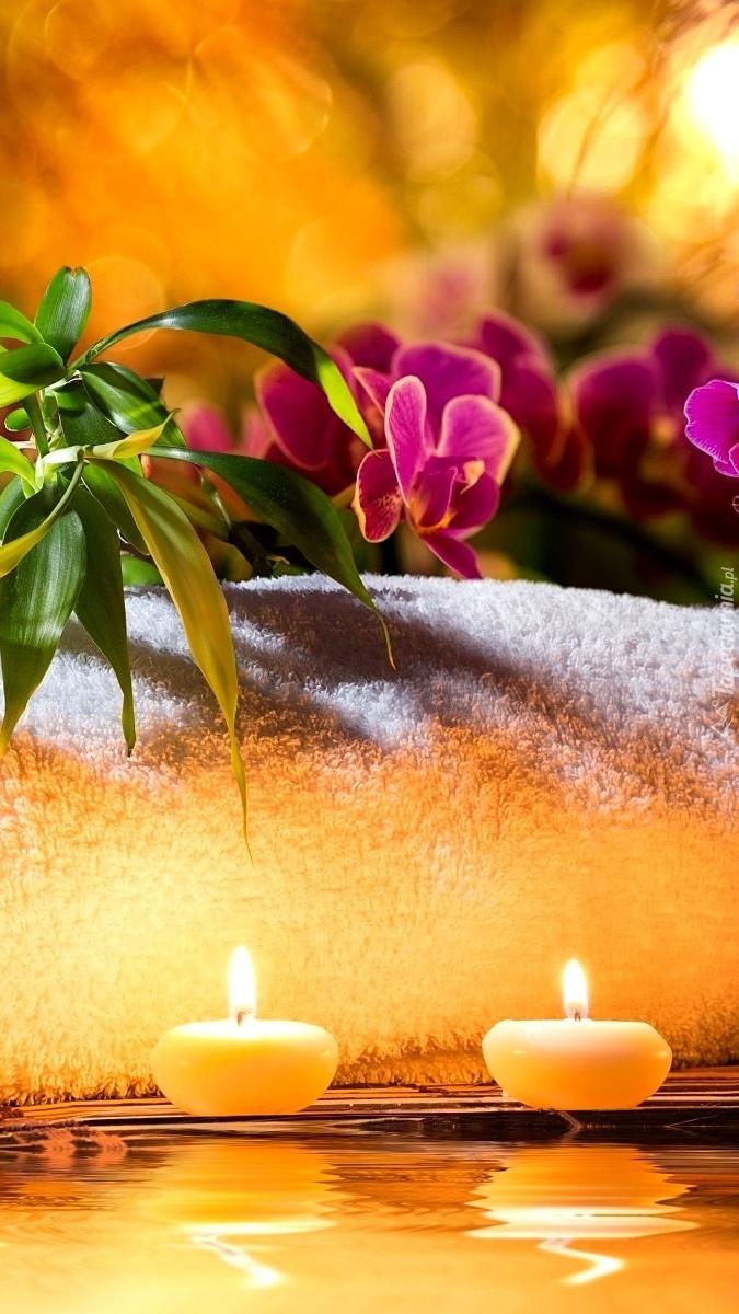 Storczyki w dekoracji ze świecami