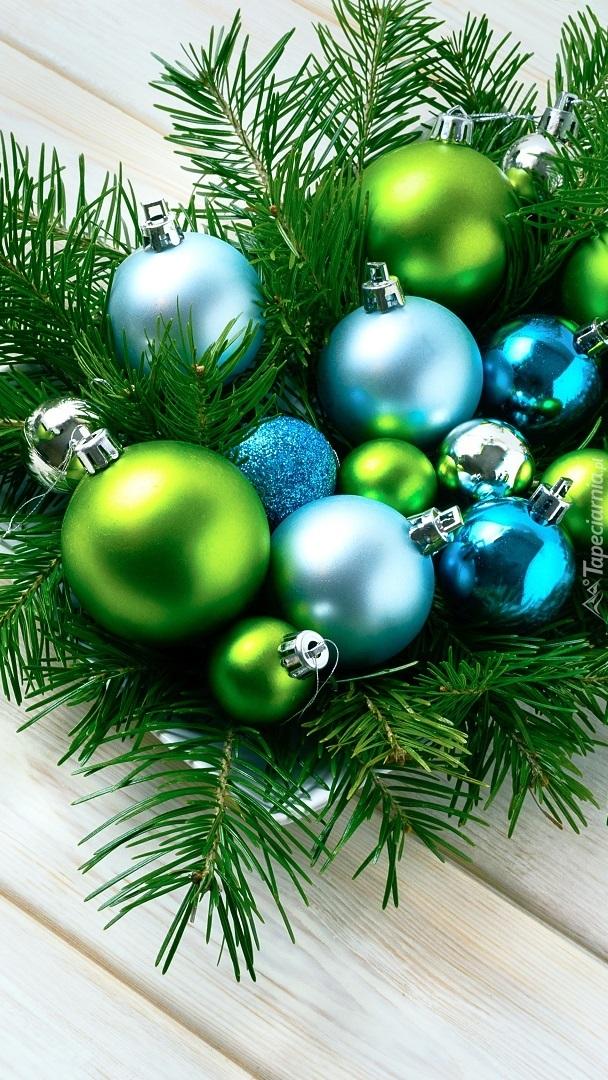 Stroik świąteczny z gałązek i bombek