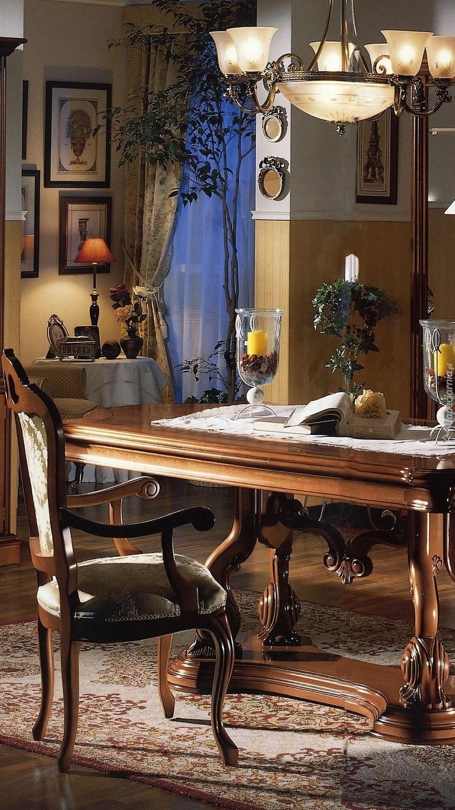 Stylowe krzesło przy stole