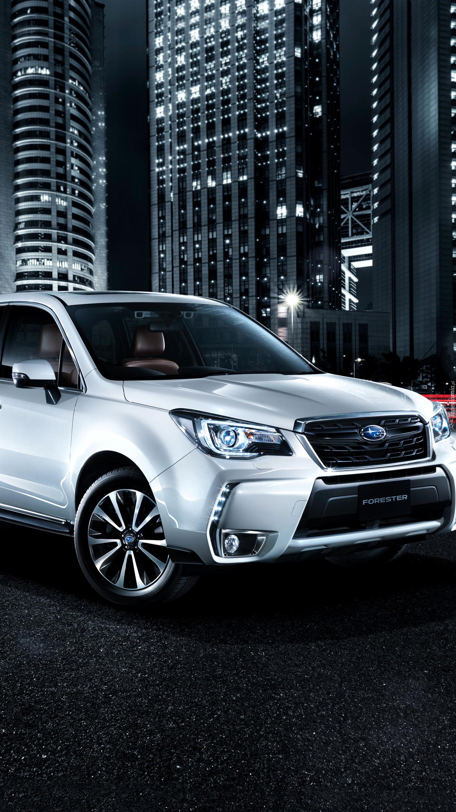Subaru Forester 2.0XT nocą na drodze