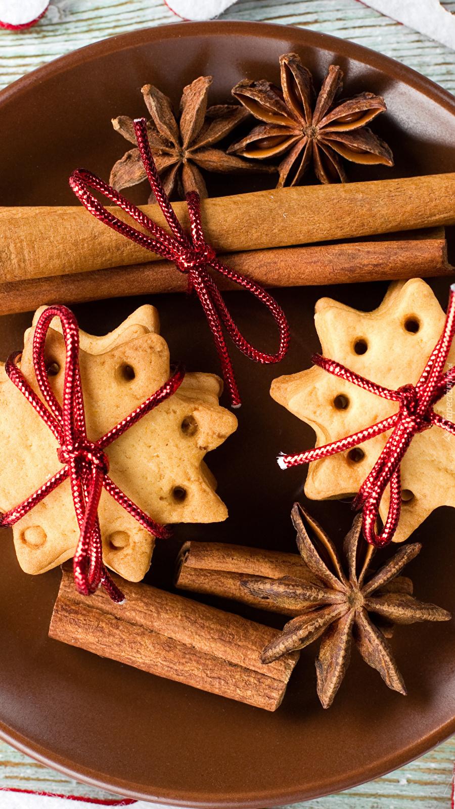Świąteczne ciasteczka i laski cynamonu