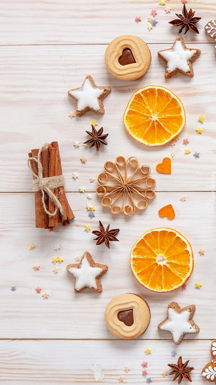 Świąteczne ciasteczka i plasterki pomarańczy
