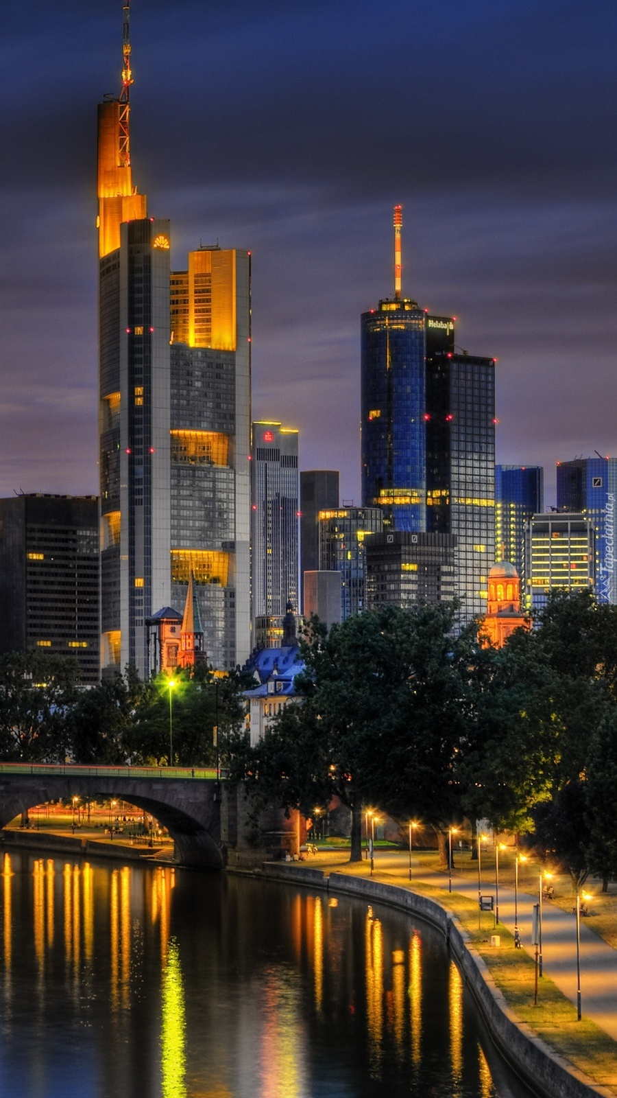 Światła nocą w mieście