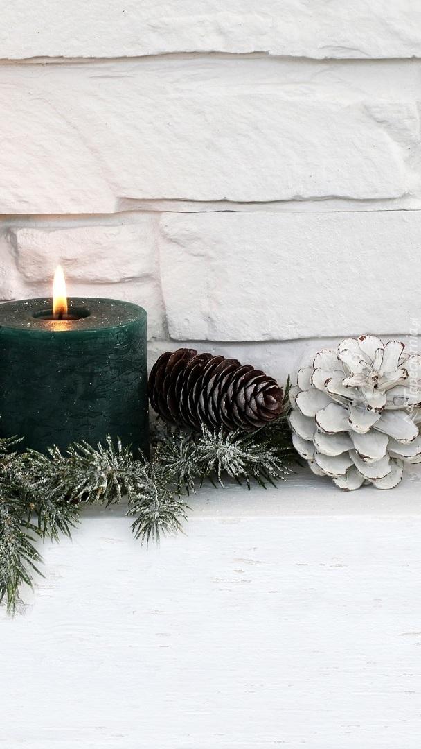 Świeca i szyszki w świątecznej dekoracji
