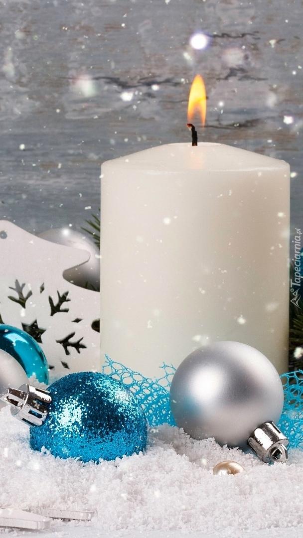 Świeca z bombkami w śniegu