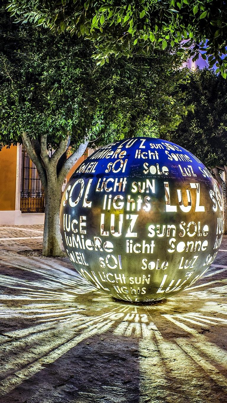 Świecąca kula z reklamą pod drzewem