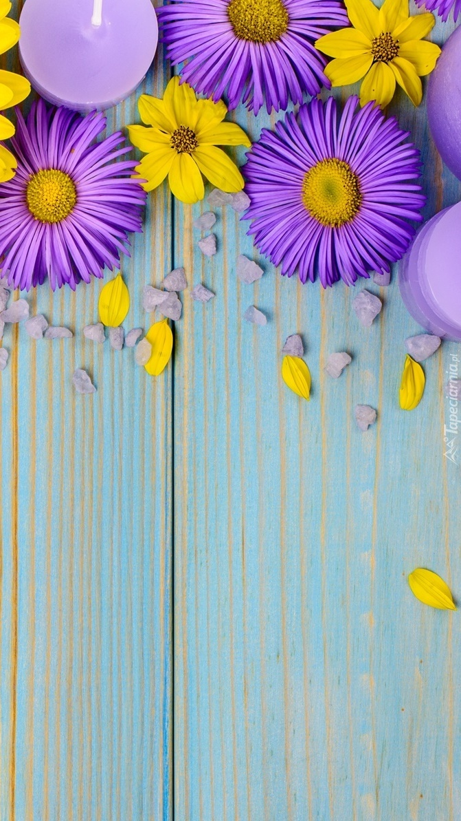 Świece pośród kwiatów