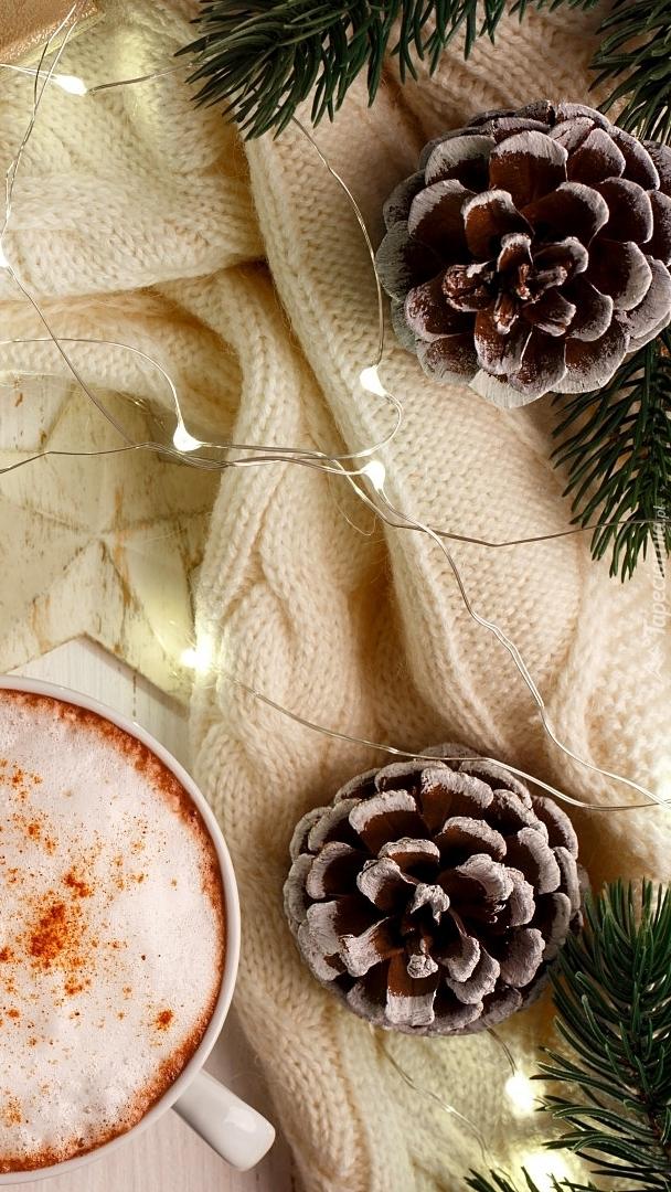 Świerkowe gałązki i szyszki przy filiżance kawy