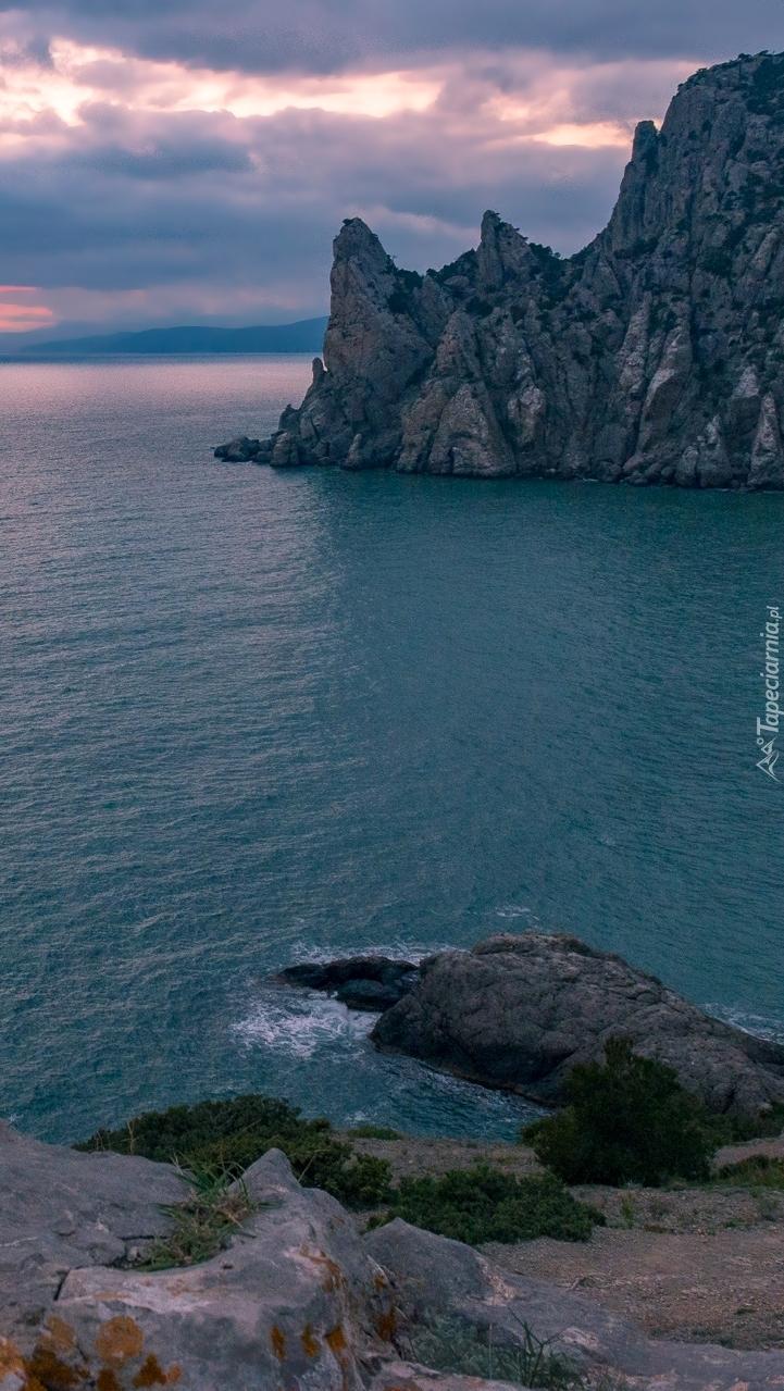 Świt nad morzem i skałami