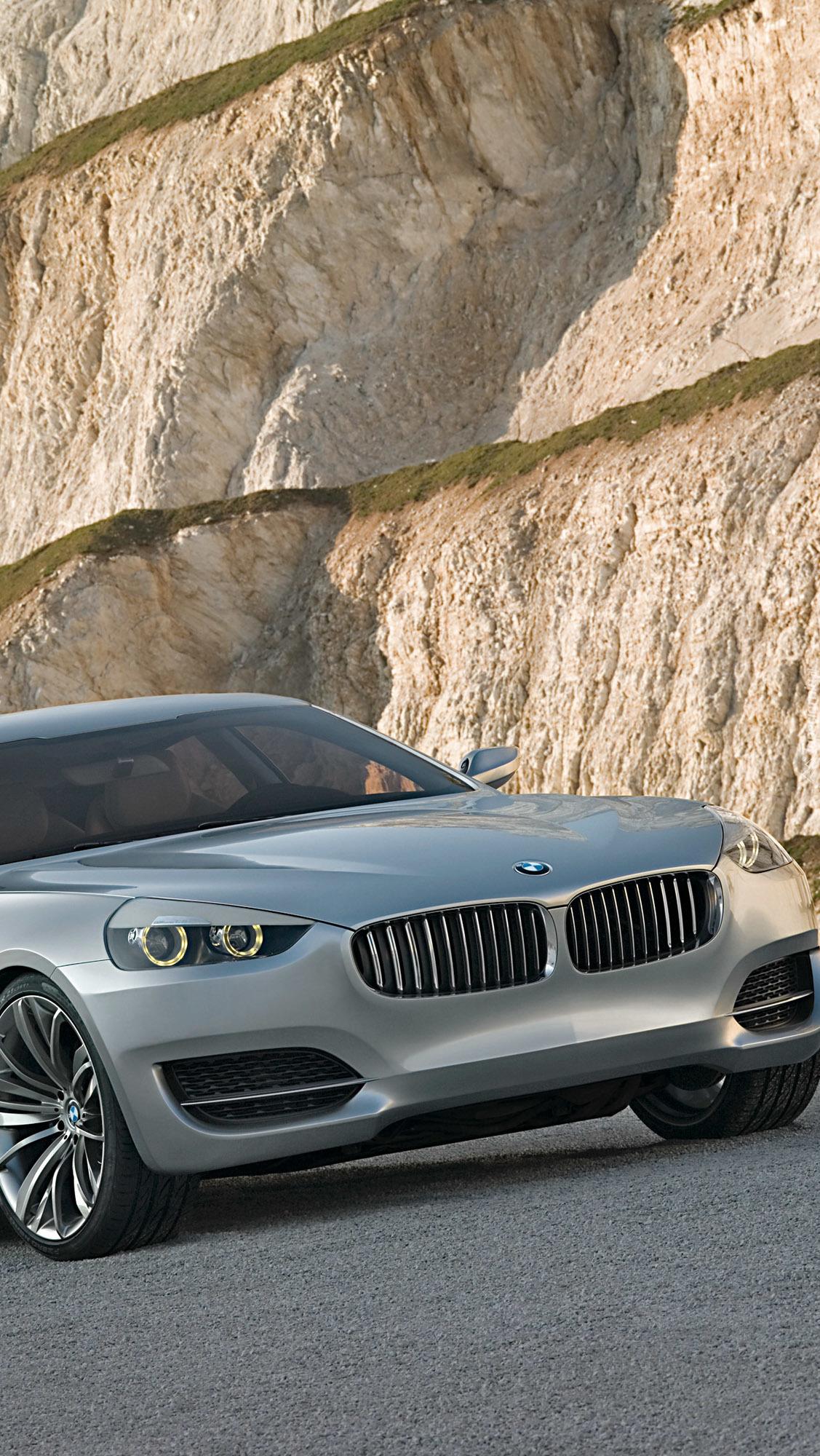 Szare BMW przy skałach