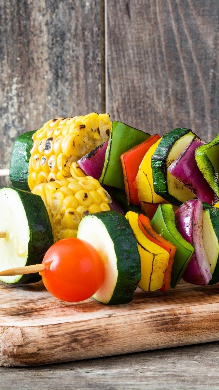 Szaszłyki z warzywami na desce