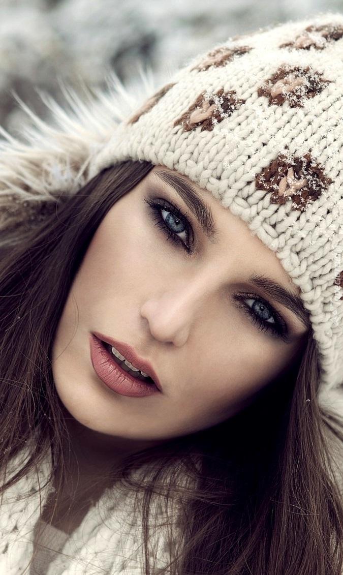 Szatynka w czapce z pięknym makijażem