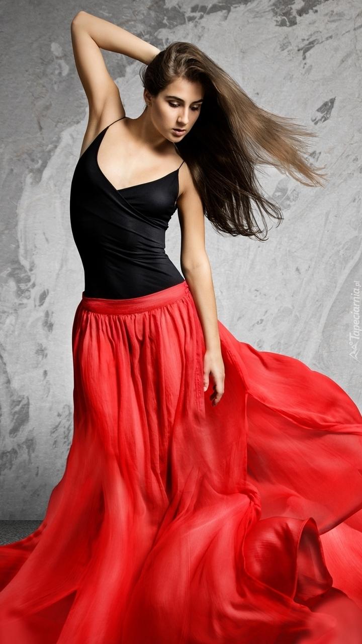 Szatynka w czerwonej spódnicy