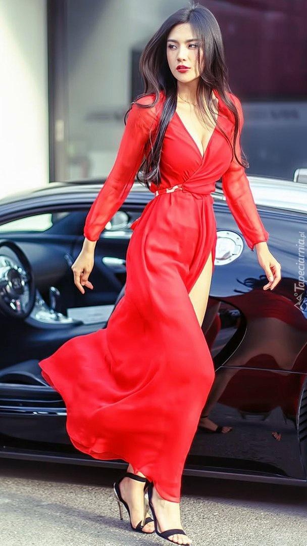 Szatynka w czerwonej sukni przy Bugatti