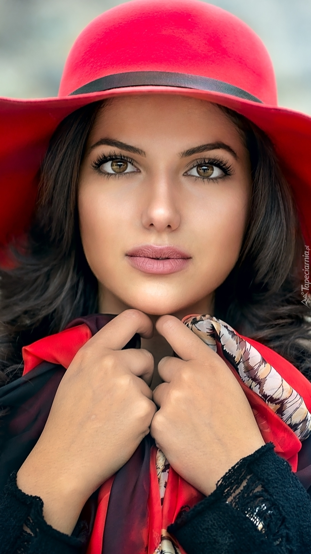 Szatynka w czerwonym kapeluszu
