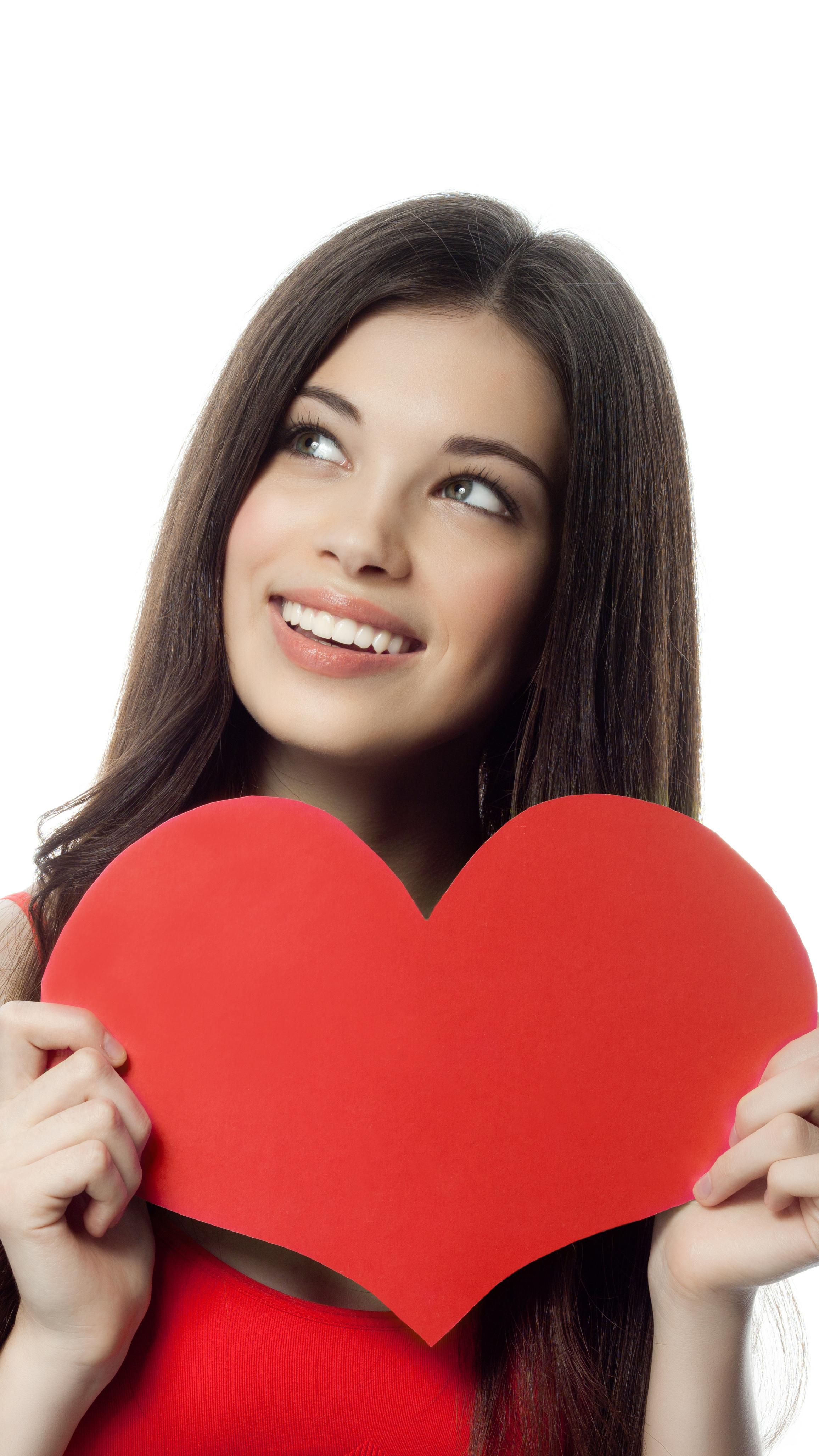 Szczęśliwa kobieta z czerwonym sercem