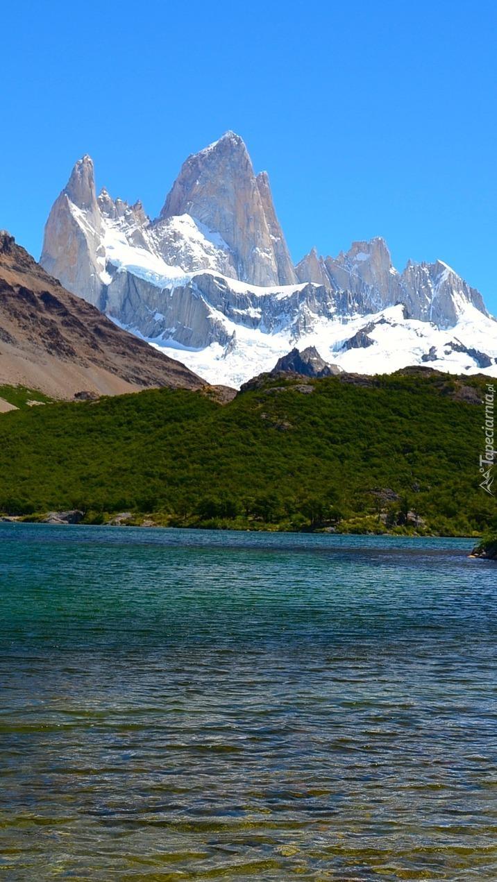 Szczyt Fitz Roy nad jeziorem w Patagonii